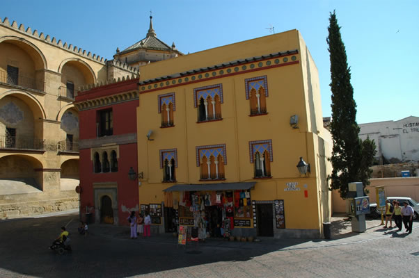 Tourist shops with unusual colors for Cordoba - differences between Cordoba and Seville's traditional architecture